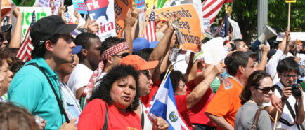 Comunidad inmigrante de Texas protesto contra la medida del gobernador de ese estado