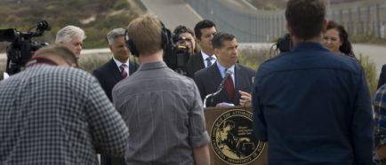 California demanda a Trump para impedir los prototipos del muro con México