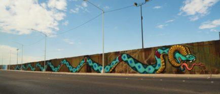"""Mural con serpiente """"sabia"""" de 70 metros une dos culturas en muro fronterizo"""