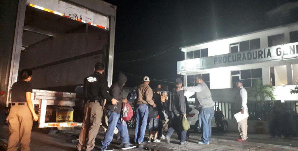 Interceptan a 153 migrantes en un camión en carretera del sureste de México