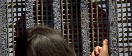 FAMILIAS DE INMIGRANTES CELEBRAN DÍA DEL PADRE DIVIDIDOS POR MURO FRONTERIZO