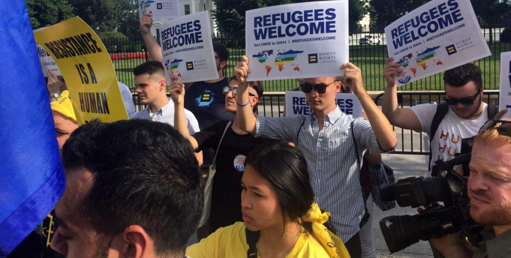 Activistas protestan contra Trump ante la Casa Blanca en el Día de Refugiados