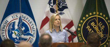 Secretaria del Departamento de Seguridad de Estados Unidos visita estación de patrulla fronteriza