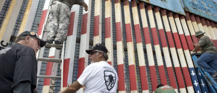Mural en la frontera con bandera de EE.UU. al revés en la mira de autoridades