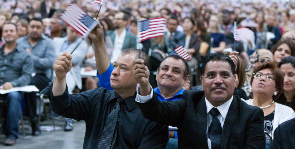 Inmigrantes juramentan a la ciudadanía de EE.UU.