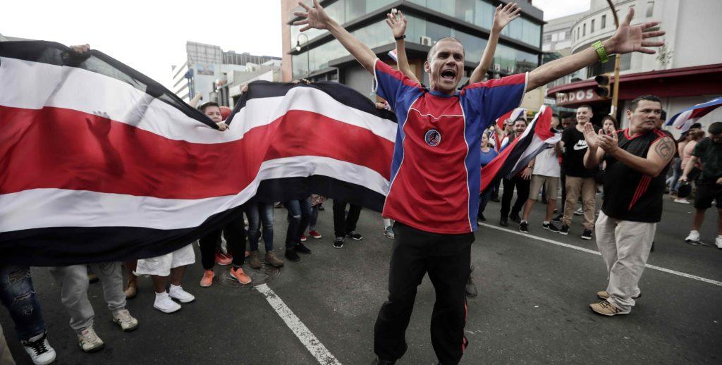 Costarricenses protestan violentamente contra ingreso de nicaragüenses