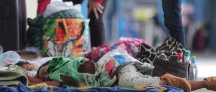 Venezolanos piden refugio a Perú tras llegar tarde para entrar sin pasaporte