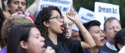 """Jóvenes indocumentados salen a las calles a """"dar la cara"""" por fin de DACA"""