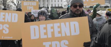 Inmigrantes rechazan frente a la Casa Blanca el fin del TPS salvadoreño