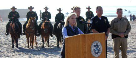 Nielsen carga contra los tribunales en su visita a la frontera con México