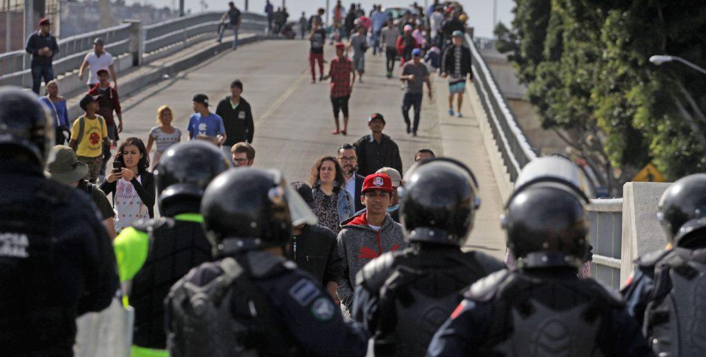 Migrantes centroamericanos marchan a garita fronteriza en Tijuana