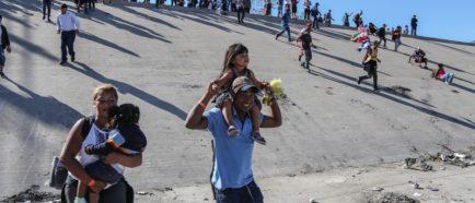 Migrantes intentan cruzar muro con EE.UU. y reciben gas lacrimógeno