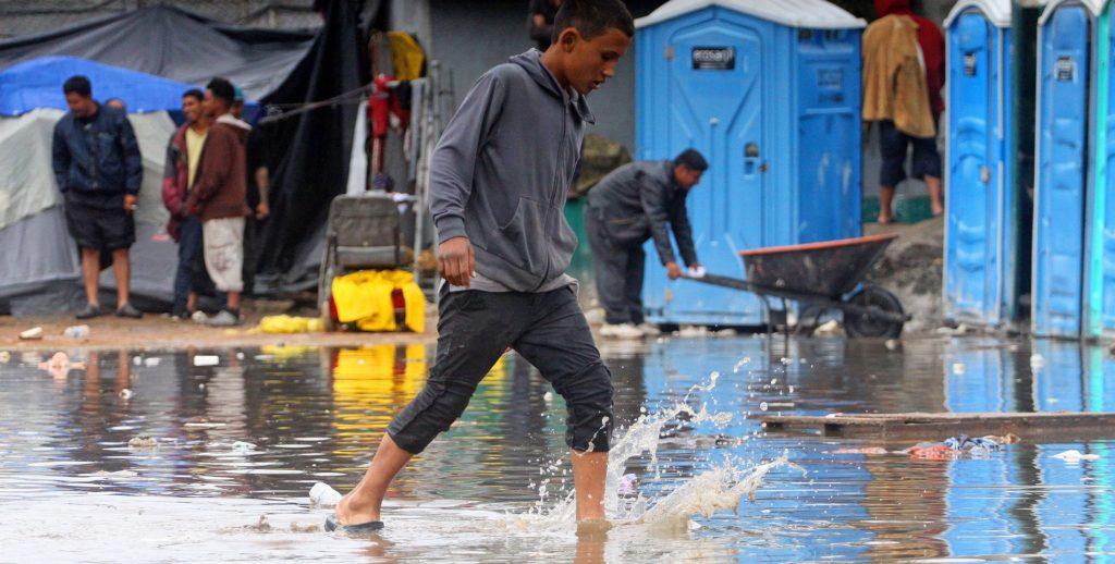 Migrantes enfrentan condiciones insalubres en albergue de Tijuana