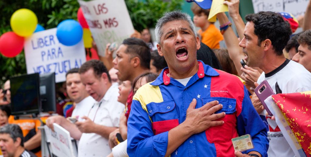 Centenares de manifestantes protestan bajo el consulado venezolano en Miami