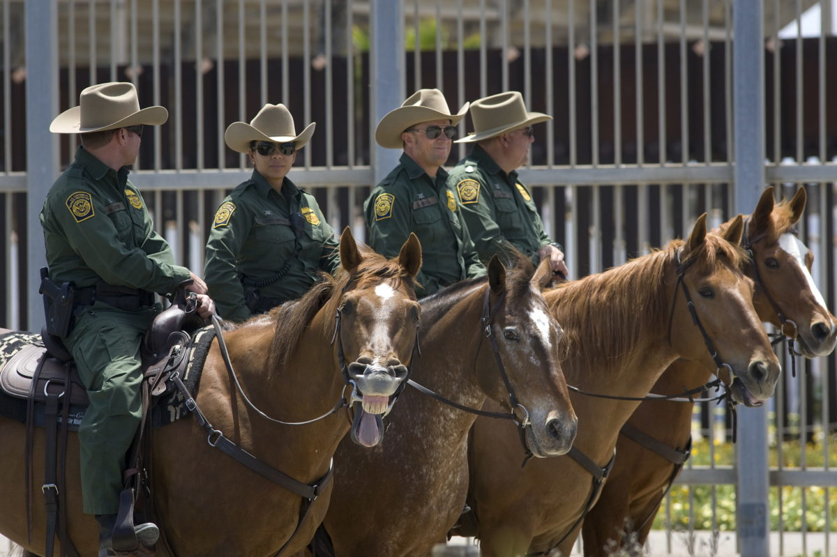 Agentes de la Patrulla Fronteriza vigilan la frontera