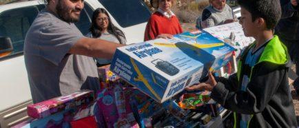 Organizaciones se visten de Papa Noél para alegrar a los menores inmigrantes