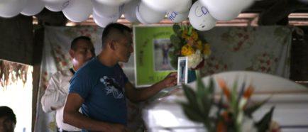 Familiares y vecinos velan a la niña guatemalteca que murió bajo custodia de Patrulla Fronteriza de EE.UU.