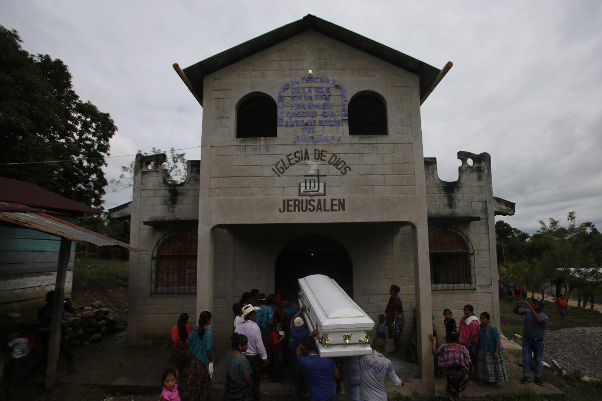 Entierran a la niña guatemalteca Jakelin Caal, fallecida en custodia de EEUU
