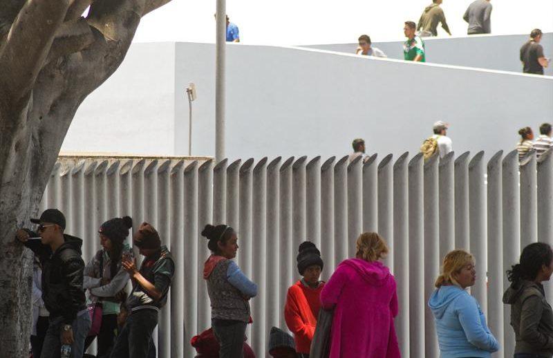 Inmigrantes esperan en garita