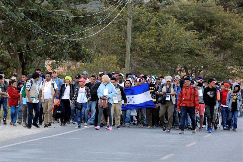 Cientos de hondureños de una caravana esperan la oportunidad de entrar a Guatemala