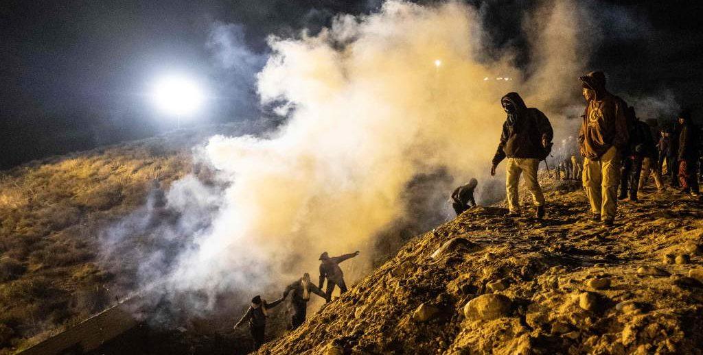 detienen a inmigrantes con gases