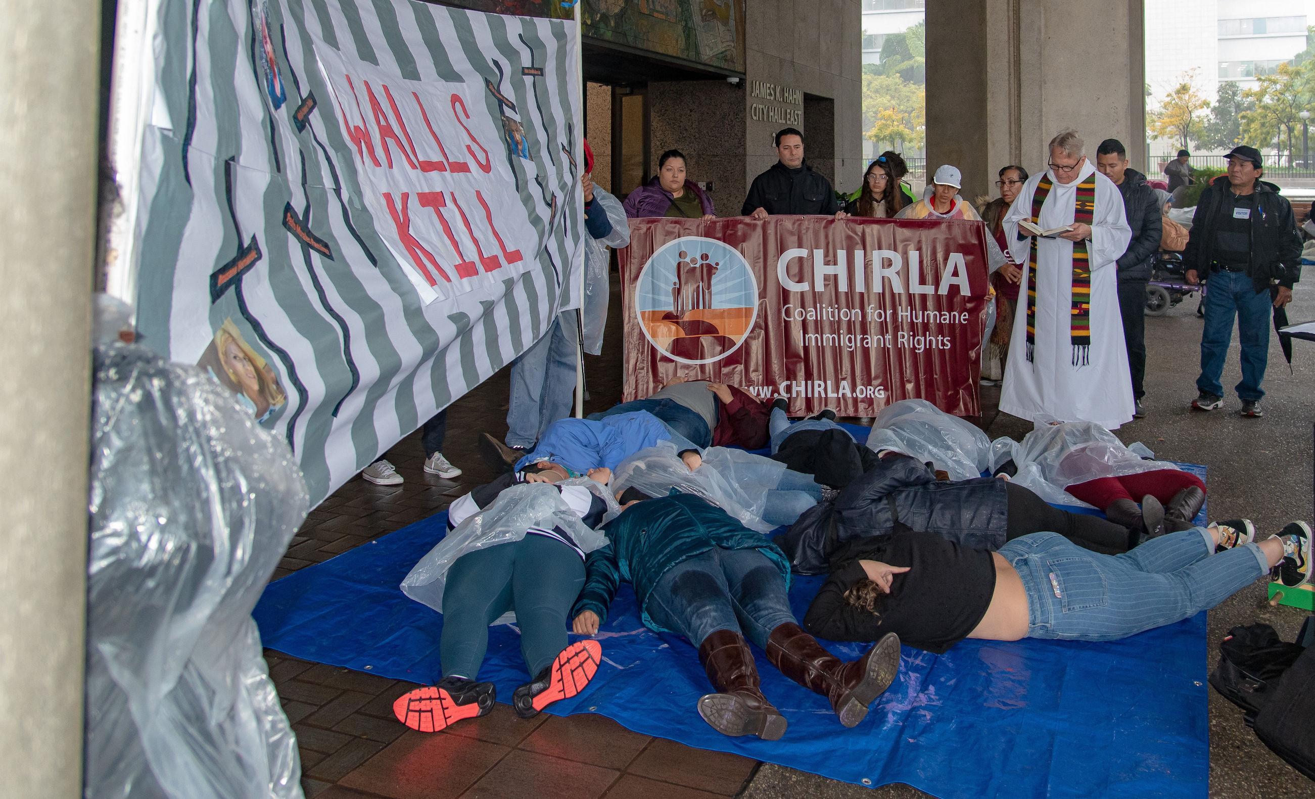 """Con eslogan """"Las paredes matan"""" rechazan acuerdo legislativo sobre el muro"""