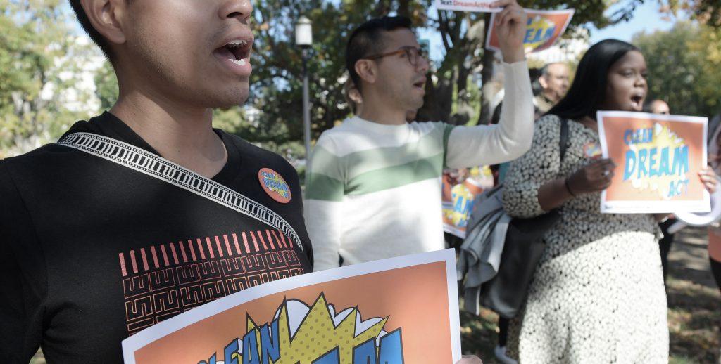 Beneficiarios de DACA se manifiestan ante la Casa Blanca