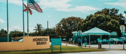 Congresistas visitan cuestionado centro de menores inmigrantes en Florida