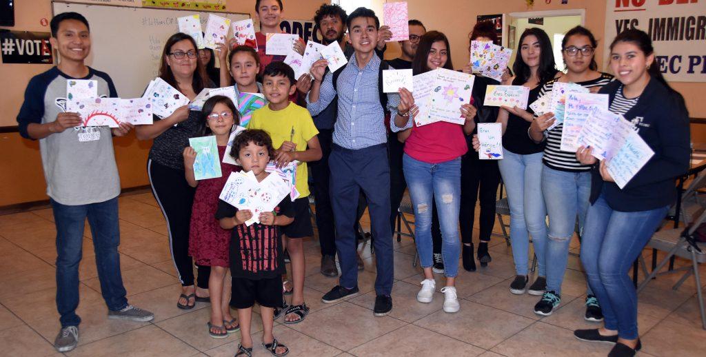 """Cartas de """"esperanza"""" de jÛvenes indocumentados a menores detenidos por Trump"""