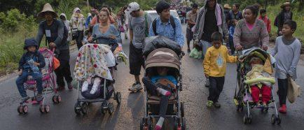 Migrantes retoman a pie Èxodo por Veracruz luego de que buses no llegaran