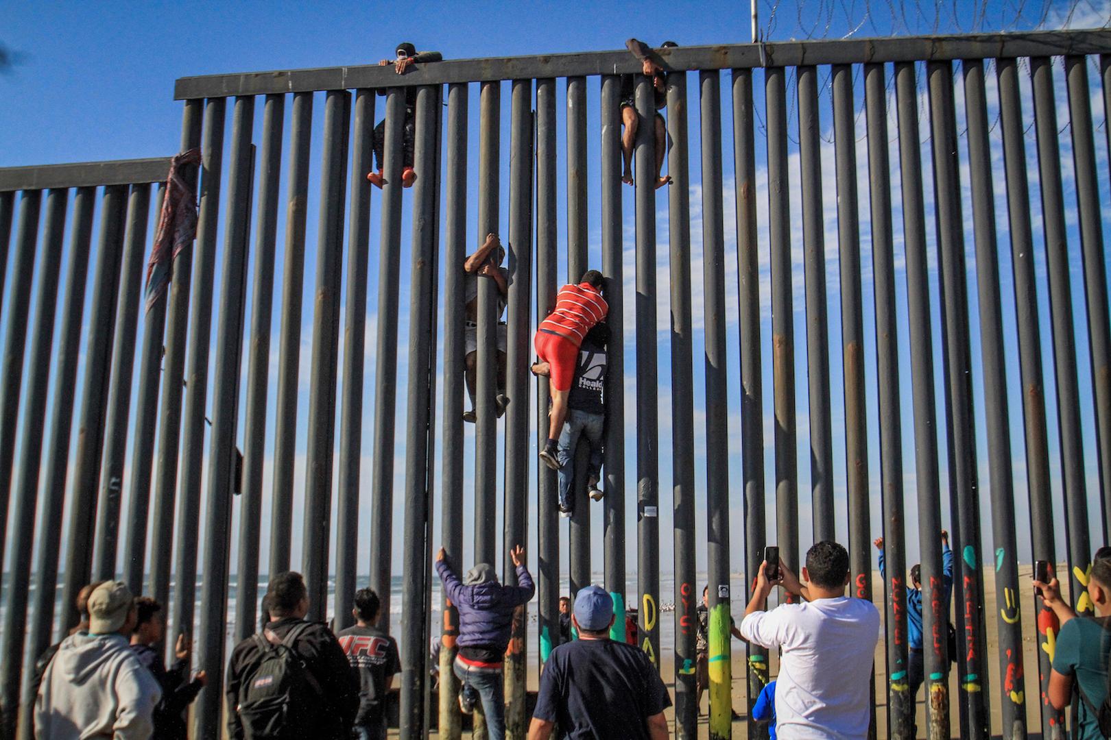 Migrantes escalan muro en noroeste de México y cruzan ilegalmente a EE.UU.