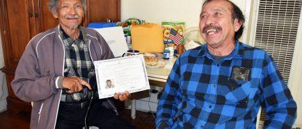 Sin saber leer, hombre de 75 aÒos logra ciudadanÌa de EEUU a base de memoria