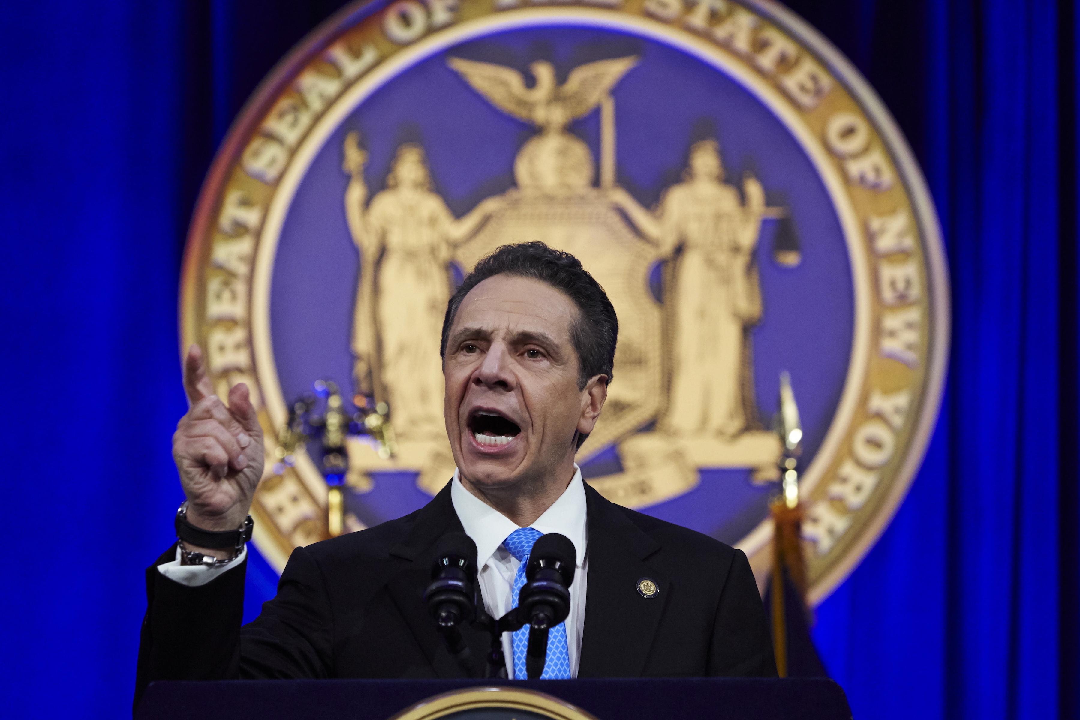 Gobernador de N. York anuncia contratación abogados para servicios a inmigrantes