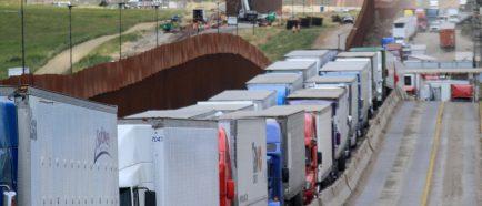 Retrasos en garitas fronterizas frenan exportaciones de MÈxico a EE.UU.