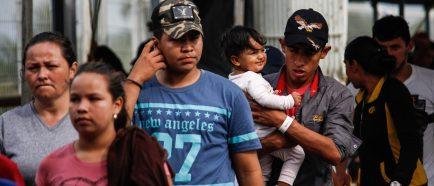 Unos 400 hondureÒos inician otra caravana con rumbo a EEUU, seg˙n medios