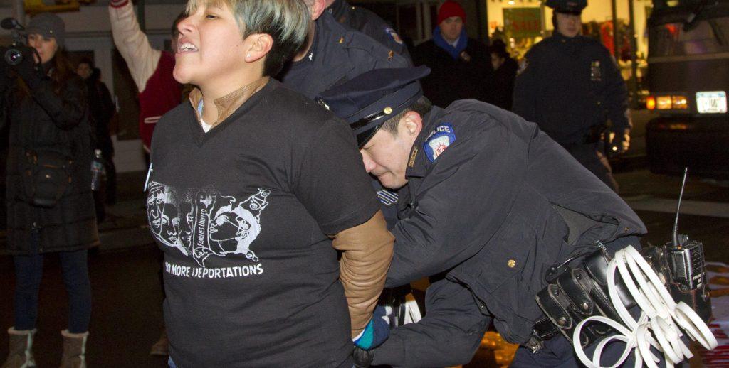 ARRESTAN A 22 PERSONAS EN PROTESTA FRENTE AL ICE CONTRA LAS DEPORTACIONES