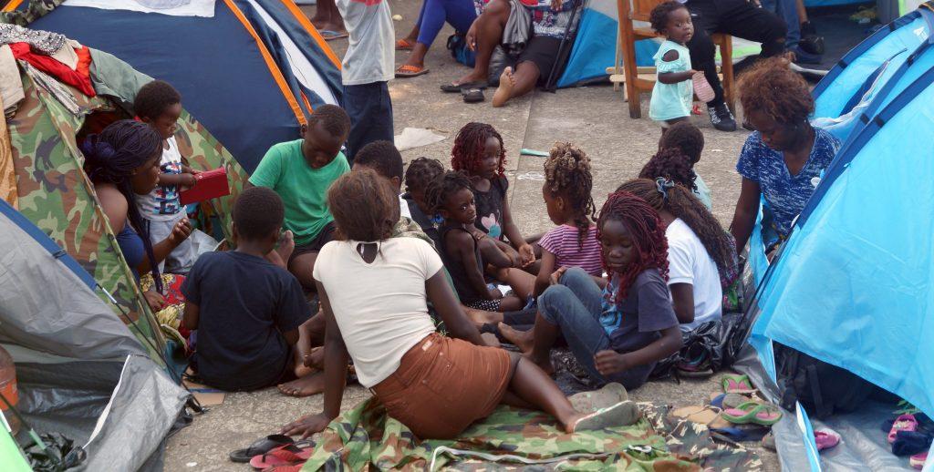 Migrantes de al menos 20 paÌses esperan salvoconducto en el sur de MÈxico