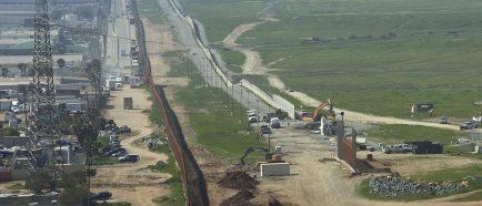 EE.UU. derriba los prototipos del muro fronterizo de Trump