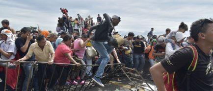 Miles de hondureÒos saltan cordÛn policial en Guatemala y entran a MÈxico