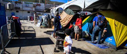 Caravana de migrantes que permanecen en Tijuana se va diluyendo